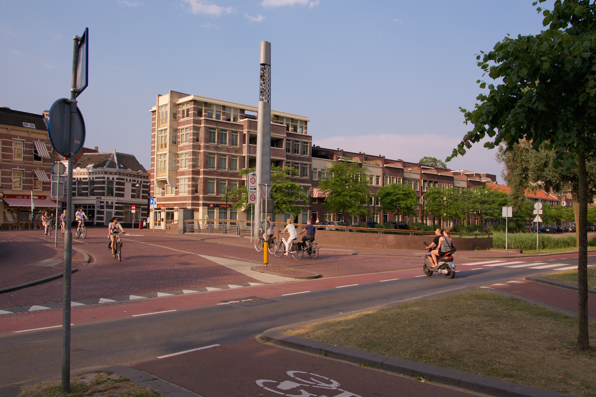 This shows cycle users at a entry point into the centre of Dordrecht.
